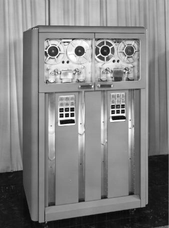 """Ленточная библиотека """"IBM 726"""" 1952 года"""